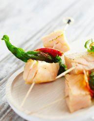Brochettes de poisson pour 2 personnes recettes elle table - Brochettes de poissons marines et grilles ...