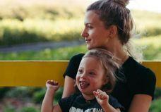 Le mannequin Amanda Booth pose avec son fils trisomique en couverture d'un magazine
