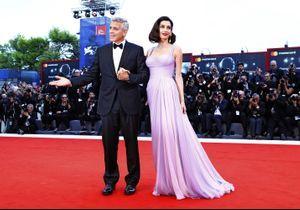 Amal Clooney, sublime à l'occasion de son premier passage sur le tapis rouge depuis la naissance des jumeaux