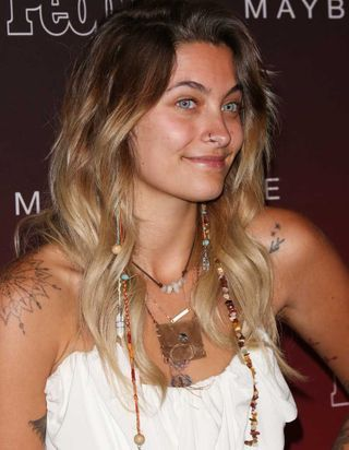 Paris Jackson poursuit son combat en foulant le tapis rouge sans maquillage