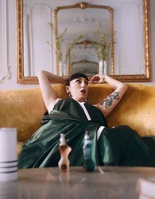 #PrétàLiker : découvrez comment Rossy de Palma se met du parfum Jean Paul Gaultier comme personne