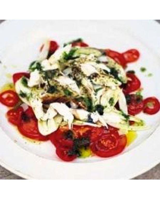 salade aux tomates fenouil et flocons de poisson grill pour 4 personnes recettes elle table. Black Bedroom Furniture Sets. Home Design Ideas