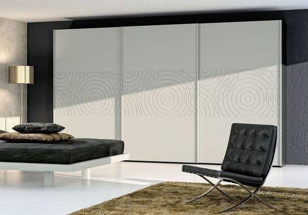 installer des portes de placard coulissantes - elle décoration - Comment Poser Des Portes Coulissantes Sous Pente