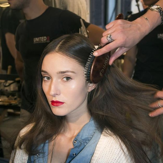 brosse cheveux comment choisir sa brosse cheveux et r ussir son brossage elle. Black Bedroom Furniture Sets. Home Design Ideas