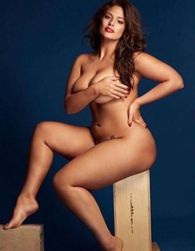 Ashley Graham pose nue et dédicace le cliché à Gigi Hadid