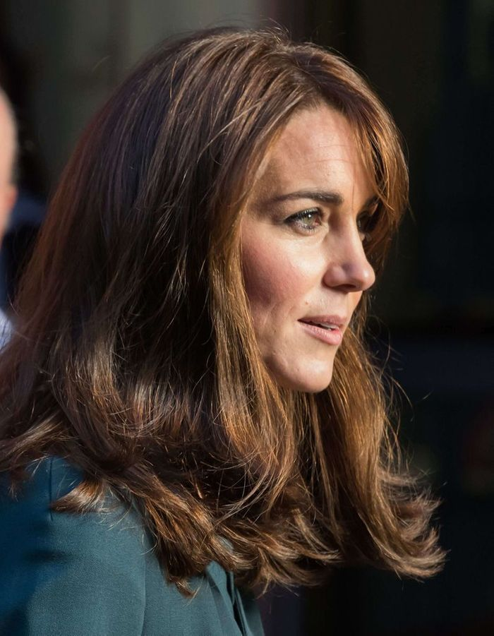 Kate middleton adopte un carr long frange et opte pour for Coupe cheveux kate middleton