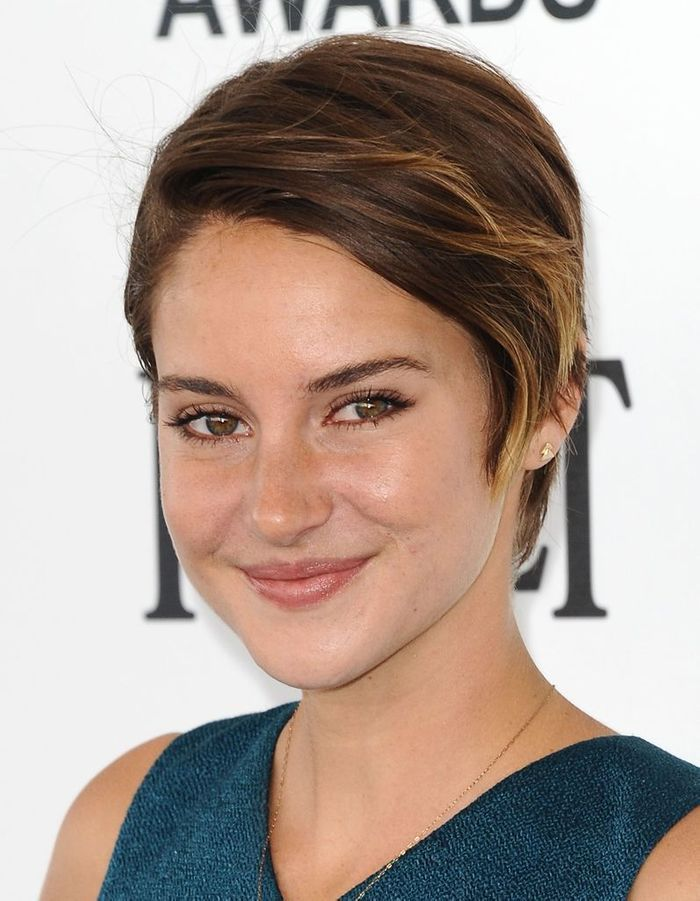 un tie and dye estival cheveux courts sur tapis rouge shailene woodley a tout bon elle. Black Bedroom Furniture Sets. Home Design Ideas