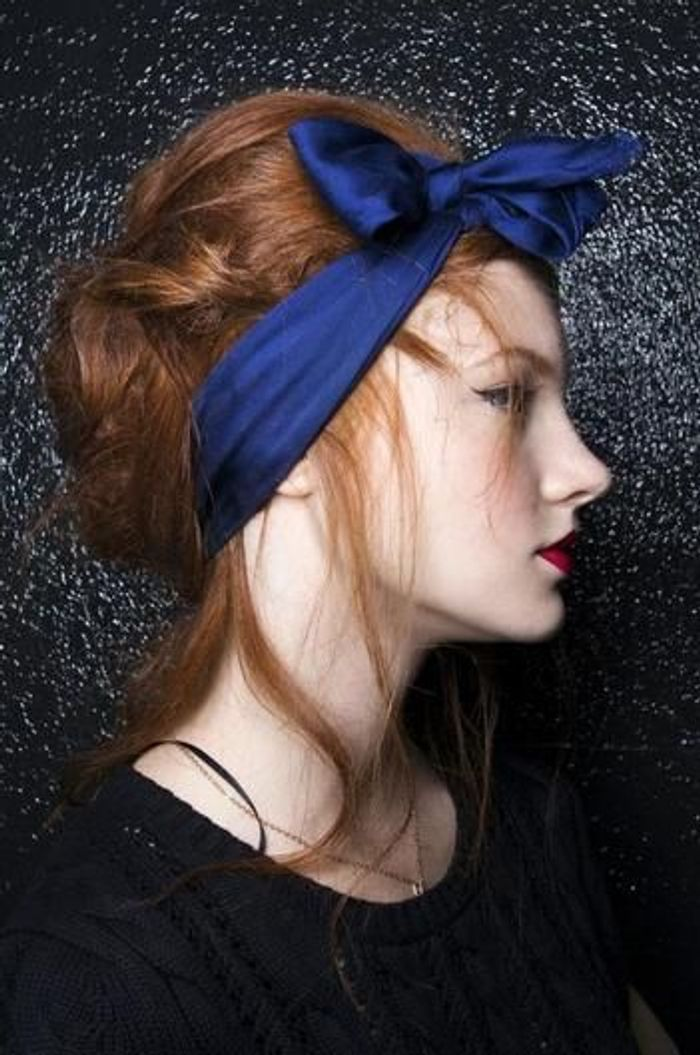 Coiffure avec foulard noeud