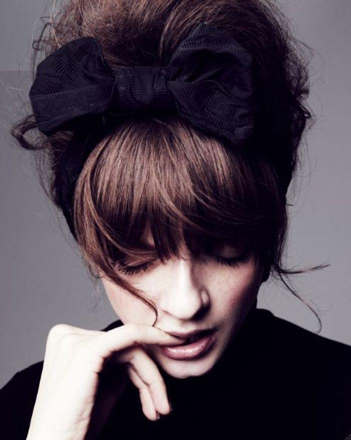 Chignon r tro avec frange 30 id es de coiffure avec frange pour un look qui change elle for Comcoiffures avec frange