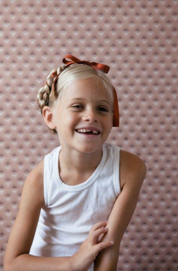 Coiffure petite fille avec ruban