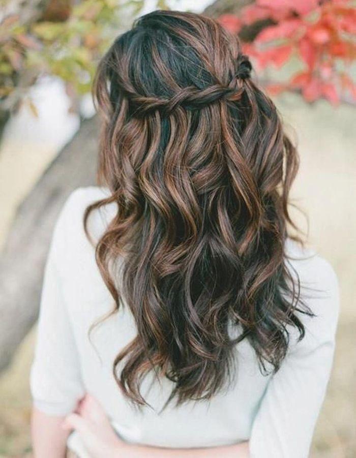 Coiffure romantique cheveux bouclés