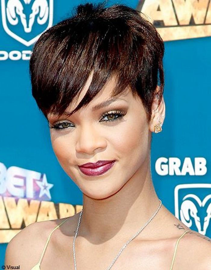 coupe courte de cheveux rihanna. Black Bedroom Furniture Sets. Home Design Ideas