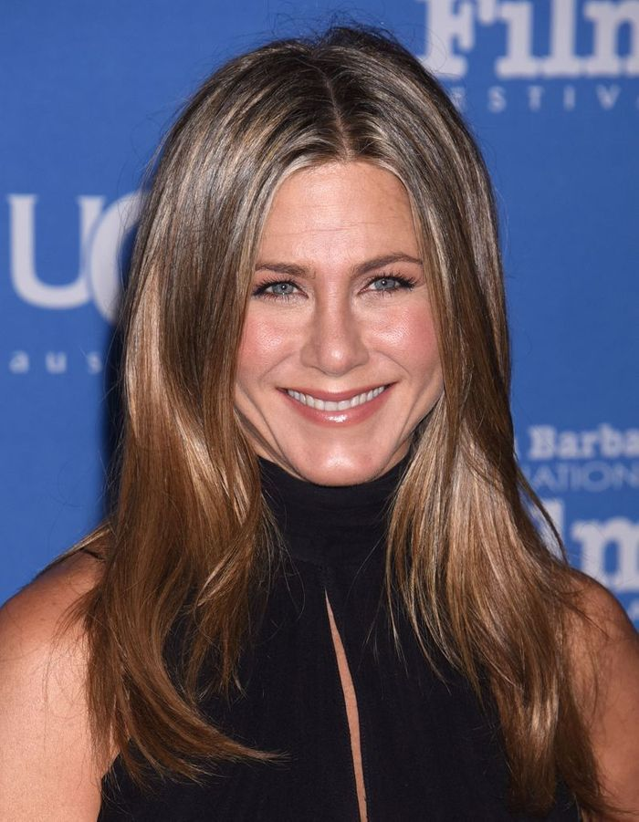 les cheveux ch tain clair de jennifer aniston ind modable le ch tain clair illumine les. Black Bedroom Furniture Sets. Home Design Ideas