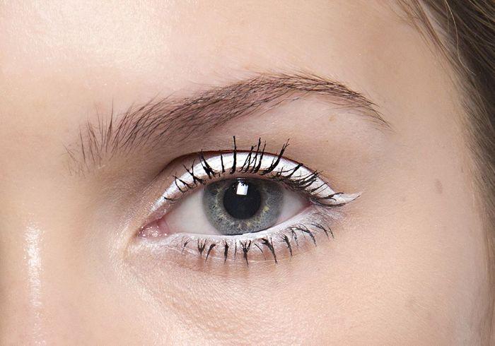 eyeliner blanc trait pais eye liner blanc 10 fa ons de porter la tendance hivernale elle. Black Bedroom Furniture Sets. Home Design Ideas