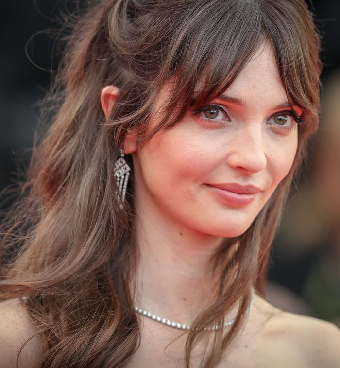 Annabelle Belmondo affiche un make up léger rehaussé d'un simple trait d'eye-liner