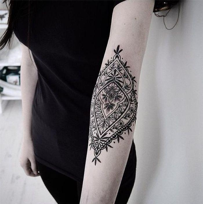 tatouage dentelle coude tatouage dentelle la tendance qui se brode sur la peau elle. Black Bedroom Furniture Sets. Home Design Ideas