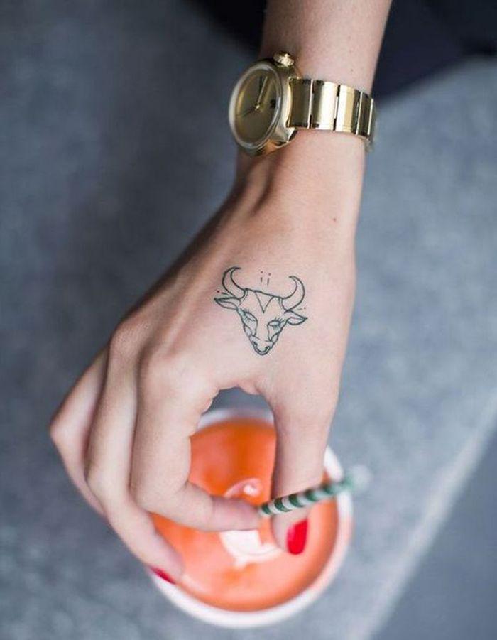 tatouage main animal tattoo un tatouage sur la main c derez vous la tendance elle. Black Bedroom Furniture Sets. Home Design Ideas