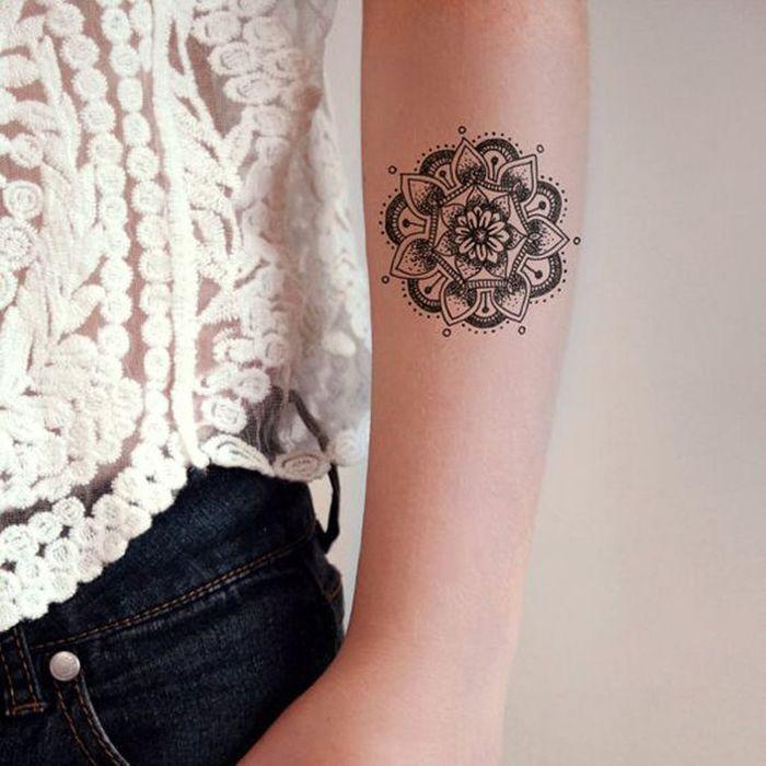 tatouage mandala bras on craque pour un tatouage mandala elle. Black Bedroom Furniture Sets. Home Design Ideas