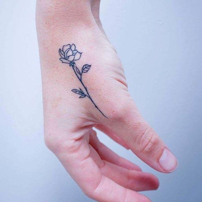 tatouage rose main femme