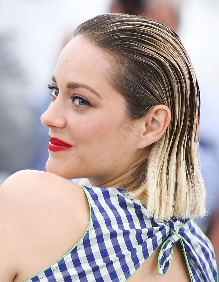 Les cheveux mouillés plaqués en arrière de Marion Cotillard à Cannes