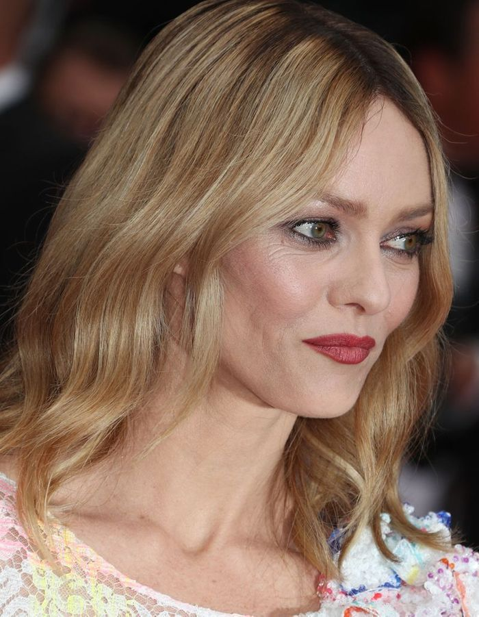 les cheveux ondul s de vanessa paradis au festival de cannes 2016 les plus belles coiffures. Black Bedroom Furniture Sets. Home Design Ideas