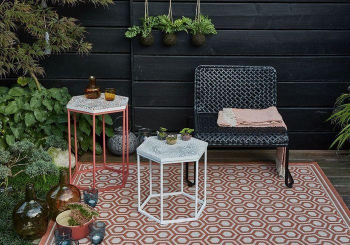 Habiller le sol d'un tapis pour un petit balcon plus chaleureux