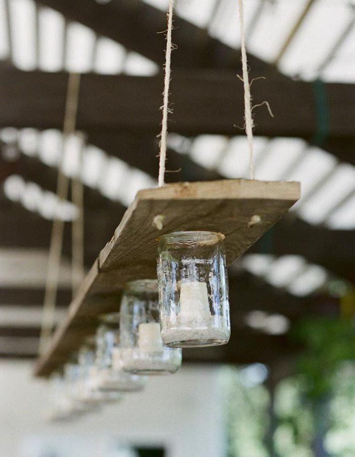 Des bocaux, de la ficelle et une planche en bois recyclés en luminaire