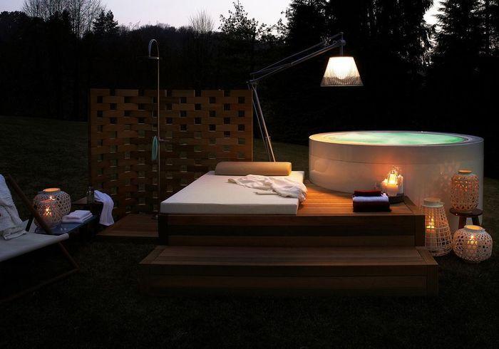 Une terrasse avec piscine qui multiplie les sources lumineuses