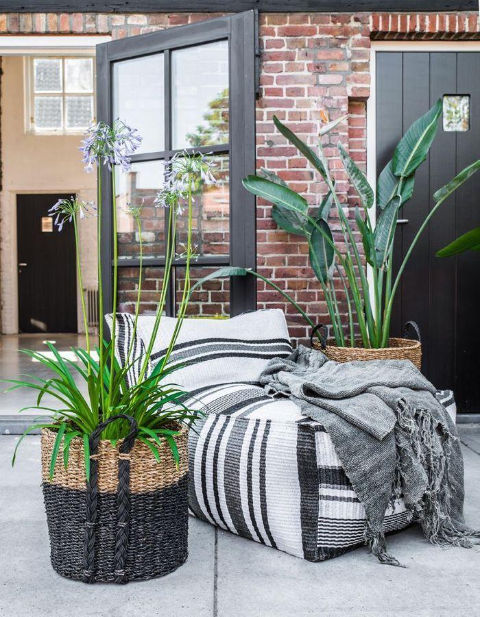 Une terrasse avec piscine qui multiplie les végétaux dans de jolis paniers