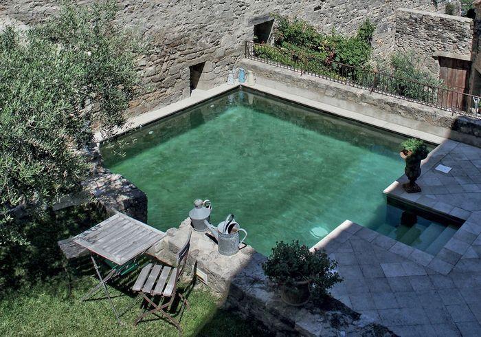 Piscine carrée avec terrasse carrelée