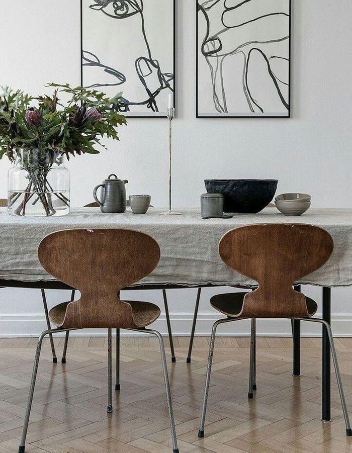 Des chaises Fourmi dans une salle à manger scandinave