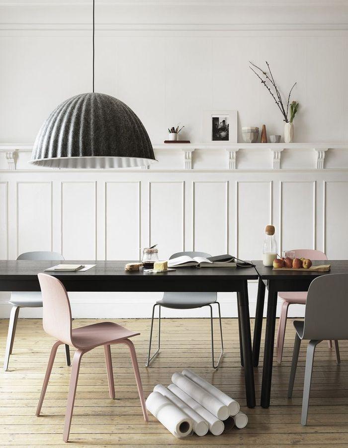 Une décoration rose poudré via des chaises contemporaines