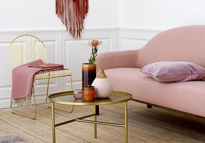 Une décoration rose poudré via un canapé