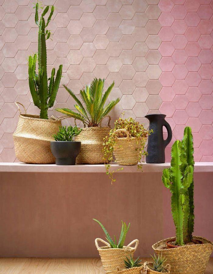 Une décoration rose poudré via un revêtement mural en dalles de cuir