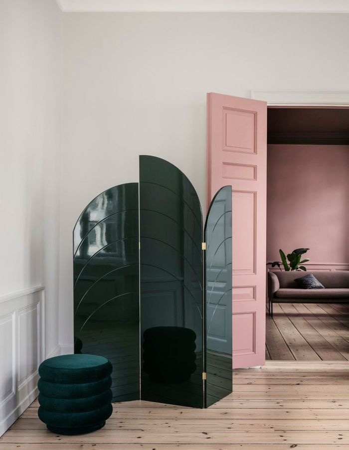 Une porte intérieure rose pâle