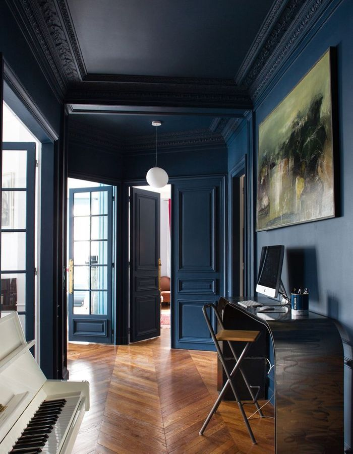 Un couloir bleu marine