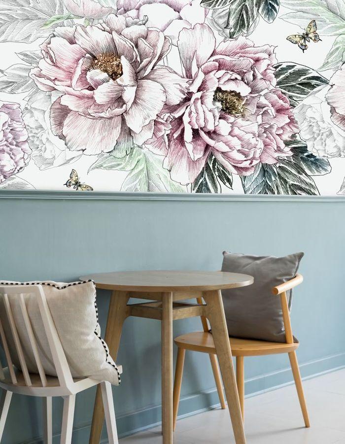 Une déco fleurie via un demi-mur couvert de papier peint