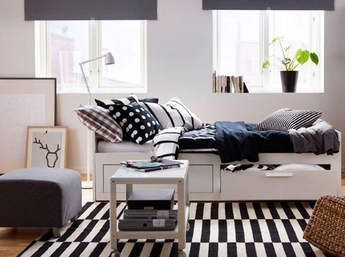 Des meubles blancs réveillés par des textiles noirs