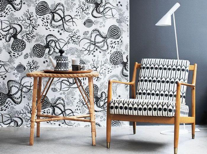 Un papier peint et un mobilier rétro noir et blanc pour renouveler le style fifties