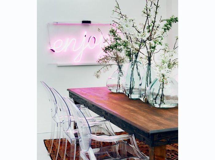 Salle à manger avec néon rose