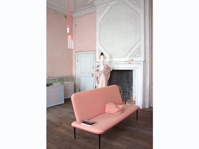 Salon rose à l'atmosphère vintage