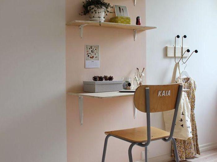 Un coin bureau grâce au pan de mur coloré