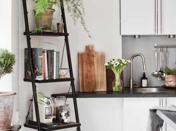 Une échelle en bois brut détournée en étagères