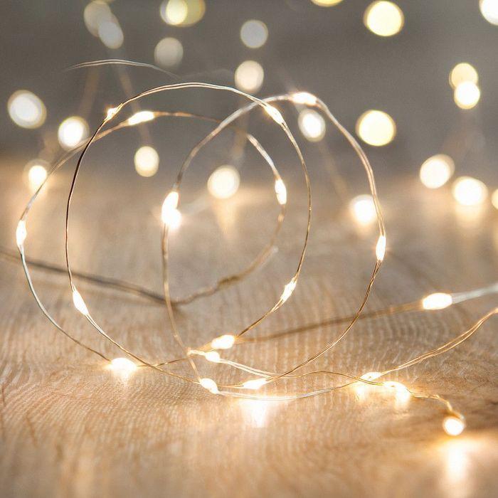 Une guirlande lumineuses pour une déco de table de Saint-Valentin tamisée