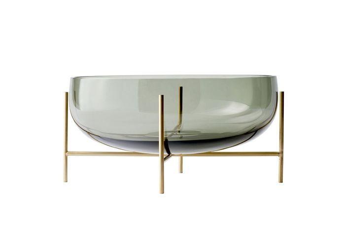 Vaisselle design : un saladier sur une structure en laiton