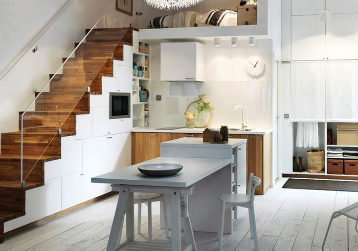 Une petite cuisine qui optimise l'espace sous l'escalier