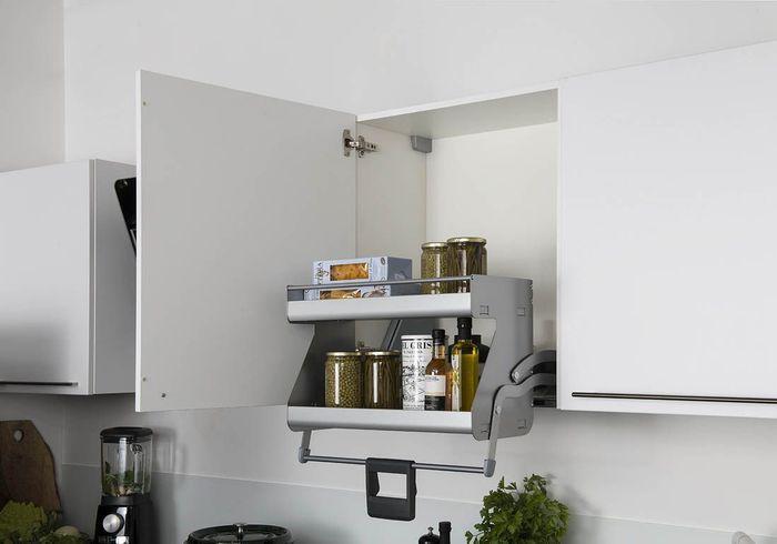 Des placards de cuisine pratiques avec rangement escamotable