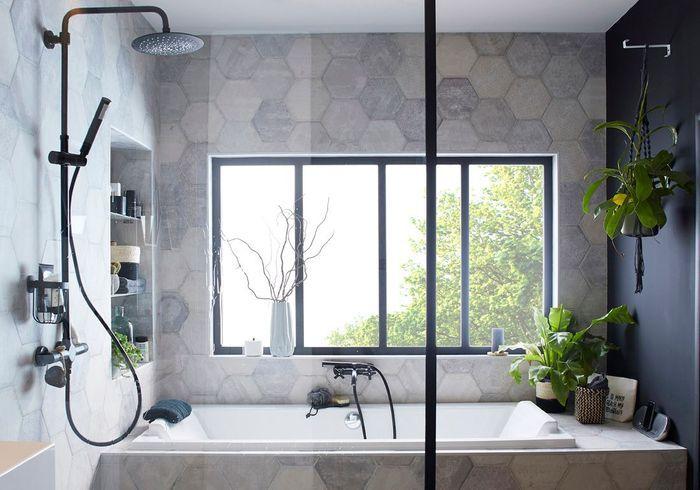Une salle de bains design dotée d'une fenêtre comme une verrière