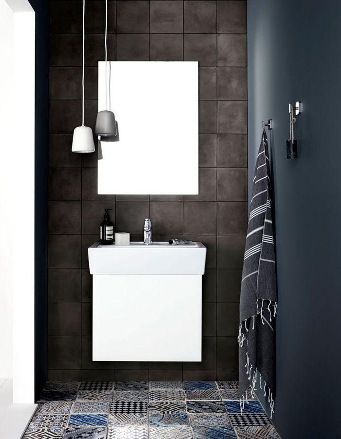 Une salle de bains design aux teintes foncées
