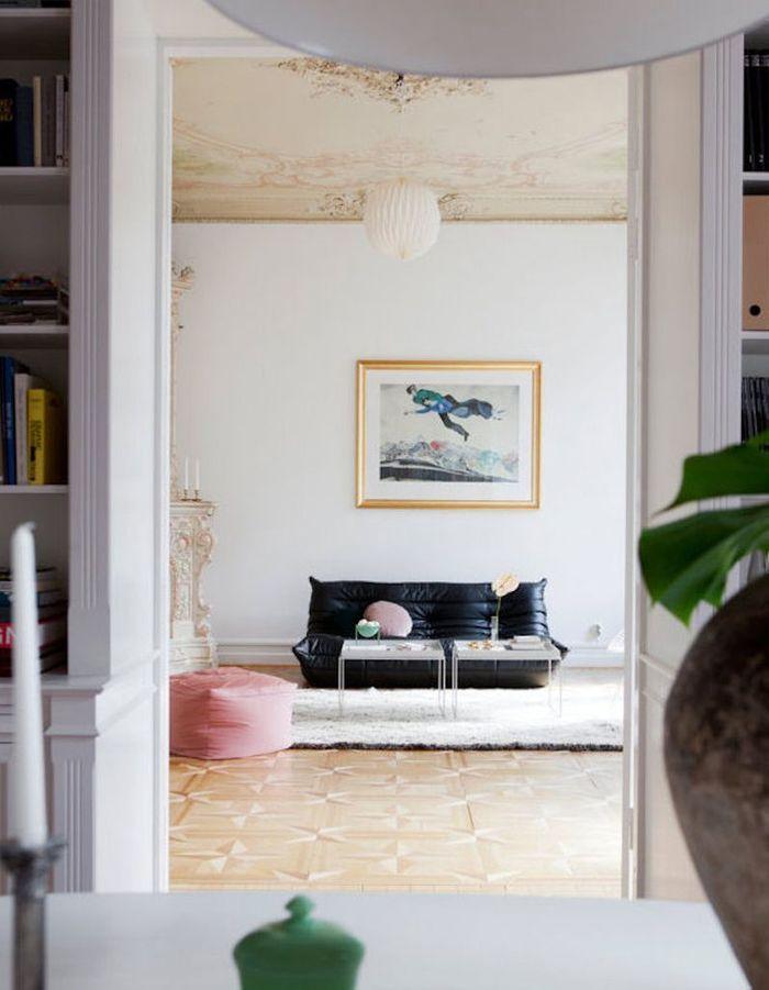 Le canapé Togo en cuir noir dans un intérieur très classique